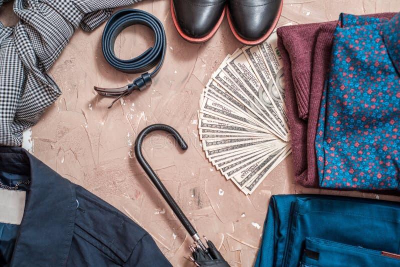 Insieme dell'abbigliamento e degli accessori degli uomini sulla tavola di legno blu concetto dell'uomo d'affari, modo classico fotografie stock libere da diritti
