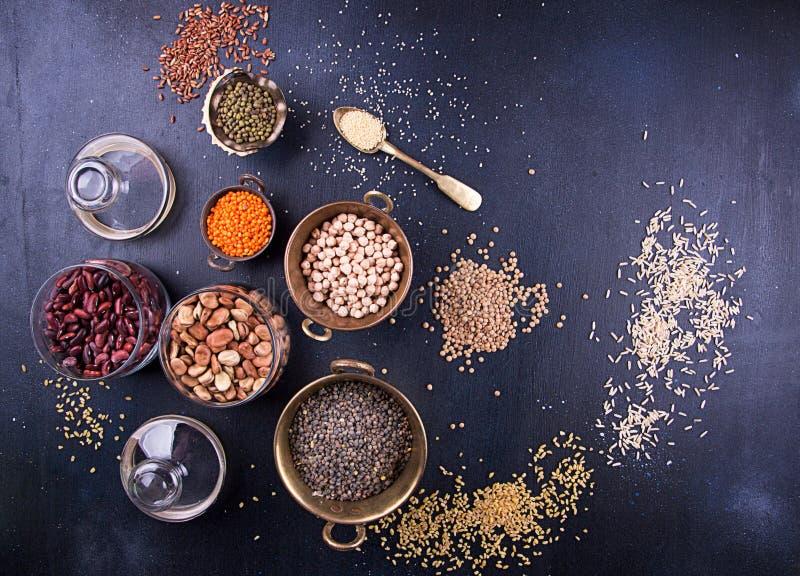 Insieme dell'alimento di di vari legumi, sereals, fagioli, e cereali Genere di lenticchie, bulgur, poltiglia, ceci, semi di giras immagini stock libere da diritti