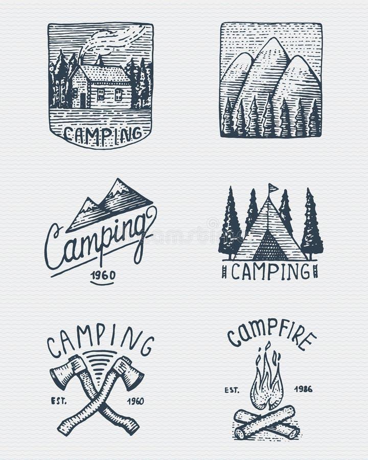 Insieme dell'annata incisa, disegnato a mano, vecchio, delle etichette o dei distintivi per il campeggio, fare un'escursione, cer illustrazione di stock