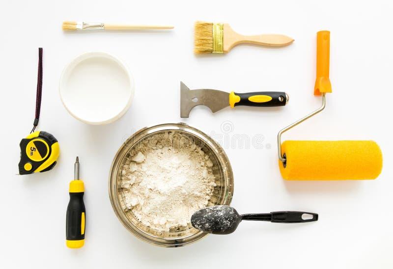 Insieme dell'attrezzatura di costruzione e di verniciatura di riparazione della casa su fondo bianco Disposizione piana fotografia stock libera da diritti
