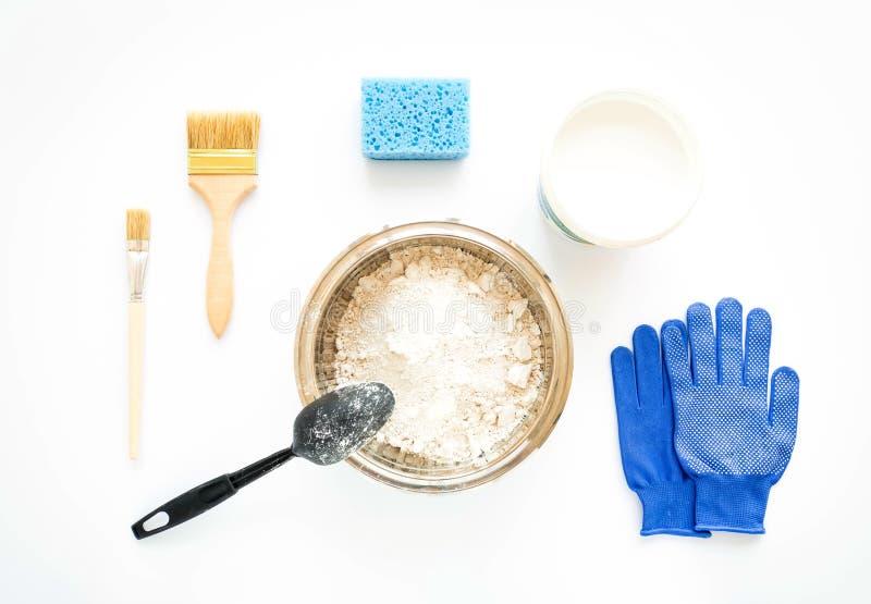 Insieme dell'attrezzatura di costruzione e di verniciatura di riparazione della casa su fondo bianco Disposizione piana immagini stock