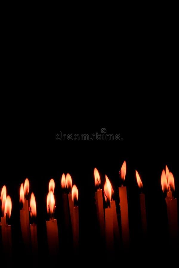 Insieme della fiamma di candela isolato nel fondo nero fotografie stock libere da diritti