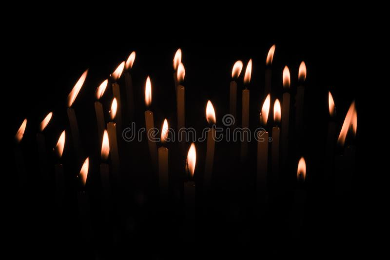 Insieme della fiamma di candela isolato nel fondo nero fotografia stock