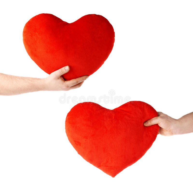 Insieme della mano che tiene un cuore rosso della peluche, composizione isolata sopra i precedenti bianchi fotografia stock