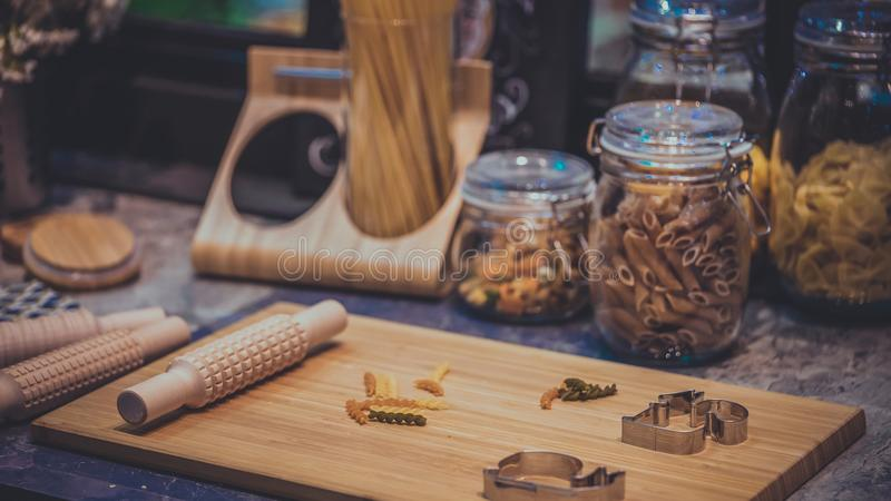 Insieme della preparazione della cucina dell'utensile da cucina dei maccheroni fotografia stock libera da diritti