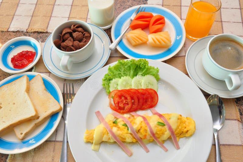 Insieme della prima colazione americana sulla tavola fotografie stock