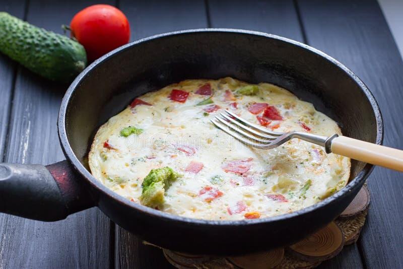 Insieme della prima colazione Pentola delle uova fritte immagine stock