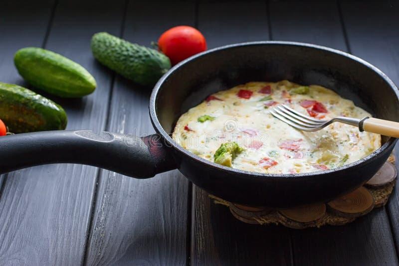 Insieme della prima colazione Pentola delle uova fritte fotografia stock