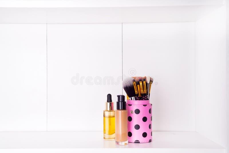 Insieme della spazzola stabilita dello strumento della varia donna isolata su bianco fotografia stock libera da diritti