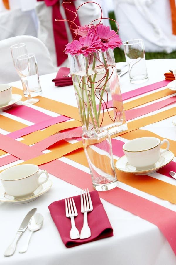 Insieme della tabella di cerimonia nuziale per divertimento che pranza durante l'evento di banchetto - lotti o fotografia stock libera da diritti