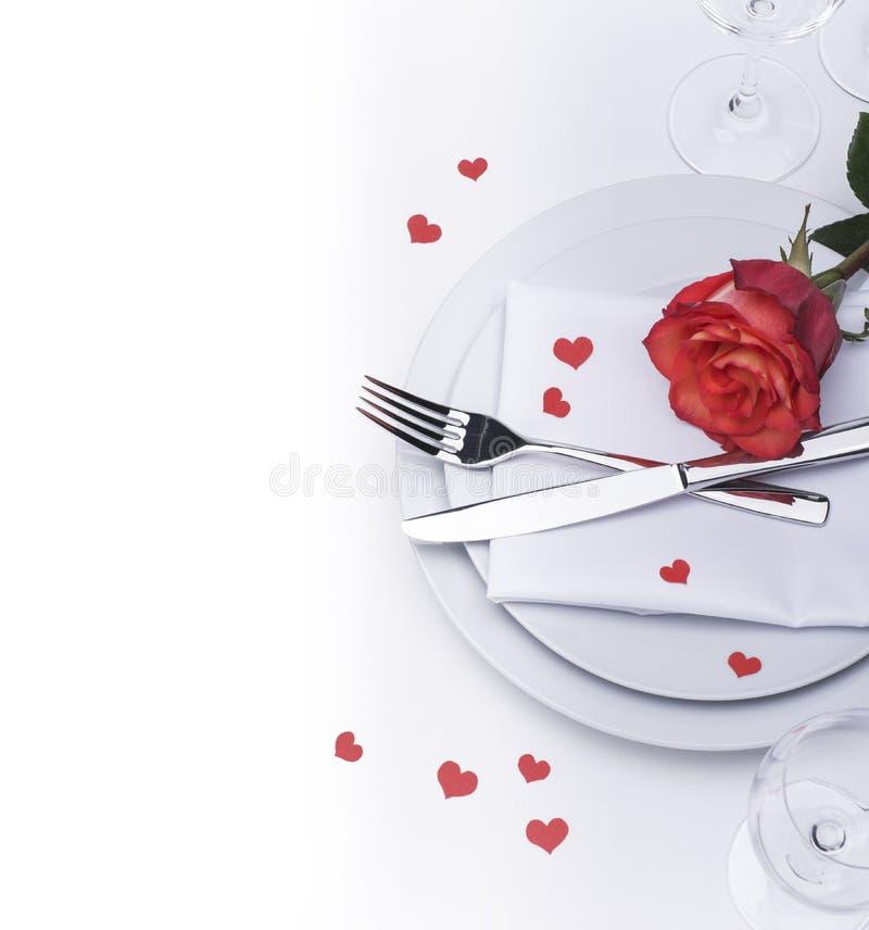 Insieme della tavola del ristorante per i biglietti di S. Valentino con una rosa fotografia stock libera da diritti