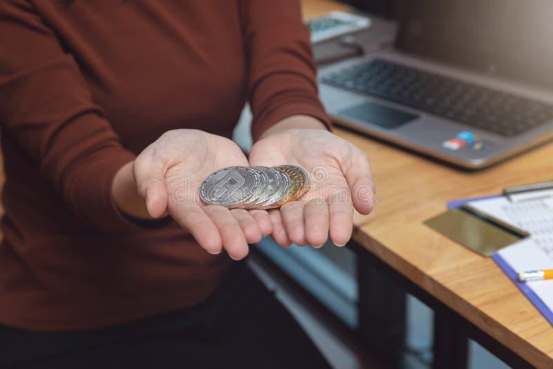 Insieme della tenuta della donna della moneta di cryptocurrency per la compera online fotografia stock libera da diritti