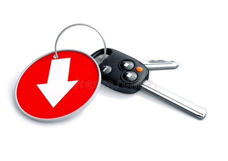 Insieme delle chiavi e dell'anello portachiavi dell'automobile isolati su bianco con la freccia su rosso royalty illustrazione gratis