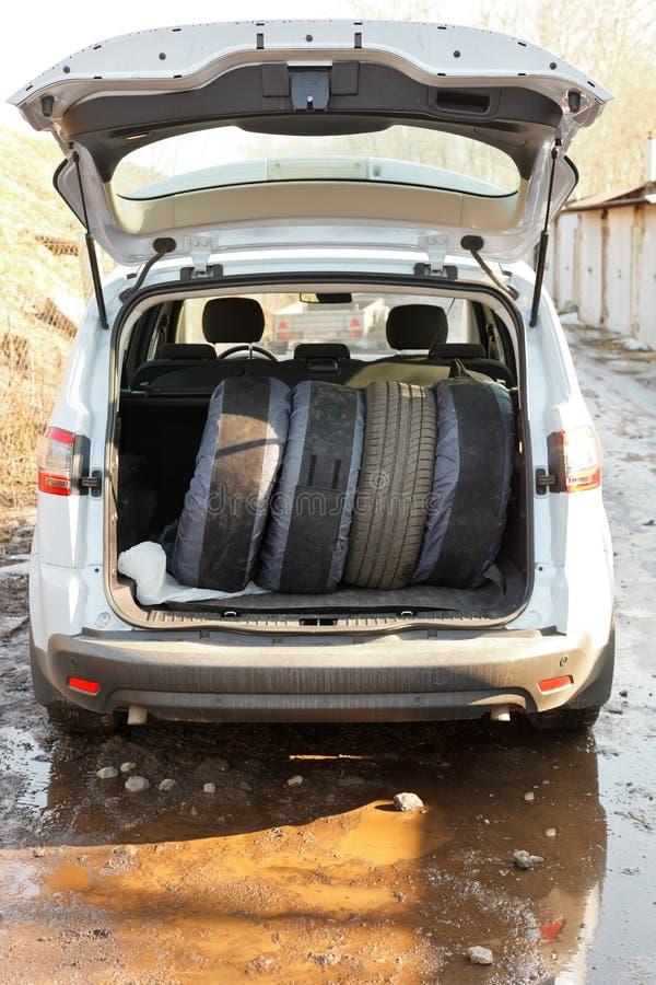 Insieme delle gomme in stivale dell'automobile fotografie stock libere da diritti