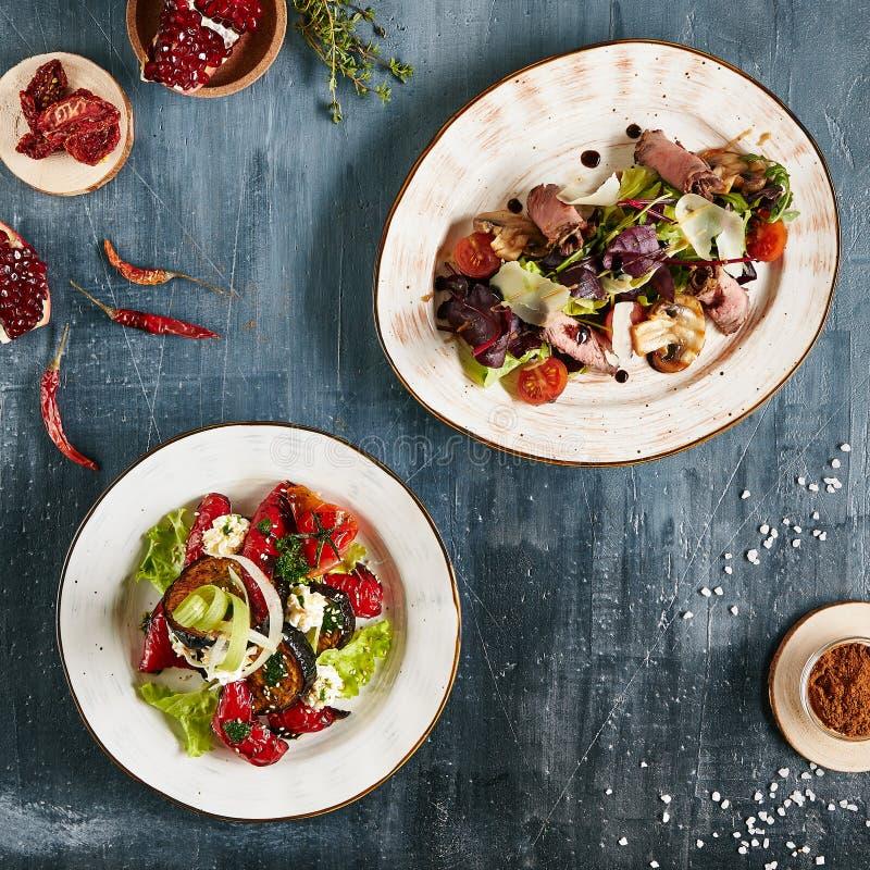 Insieme delle insalate piccanti con la vista superiore delle verdure e della carne immagine stock