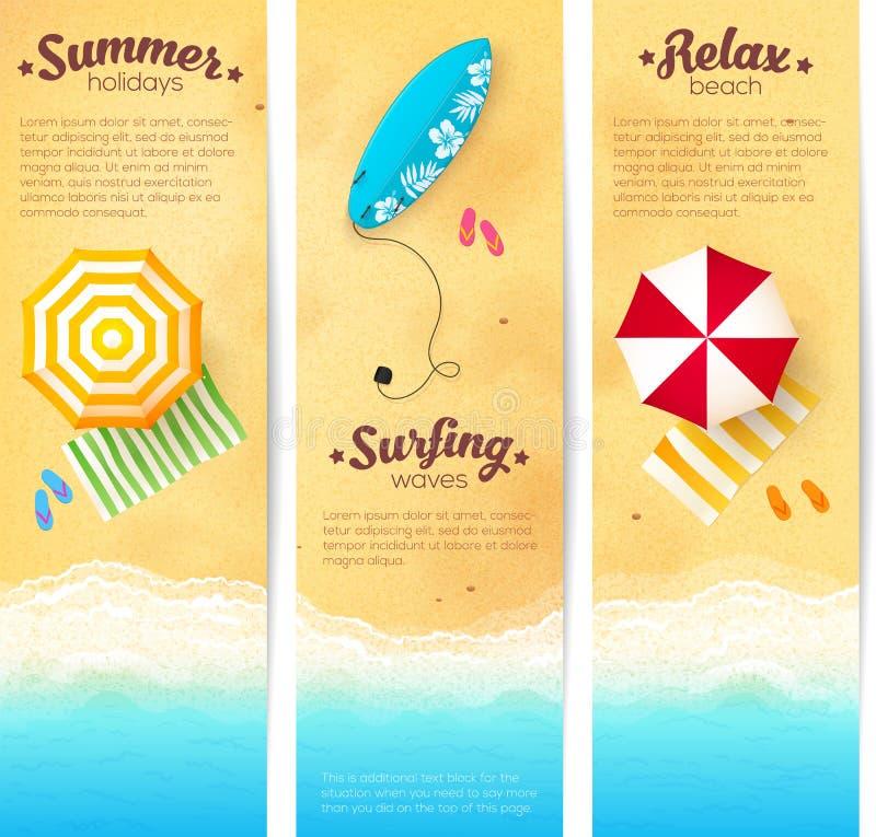 Insieme delle insegne di viaggio di estate con gli ombrelli di spiaggia illustrazione vettoriale