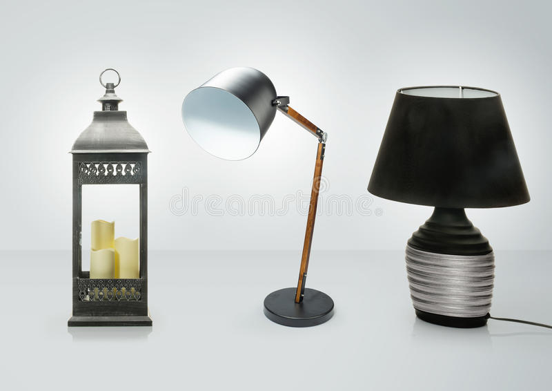 Insieme delle lampade da tavolo differenti Lampade di scrittorio decorative isolate su fondo bianco fotografia stock