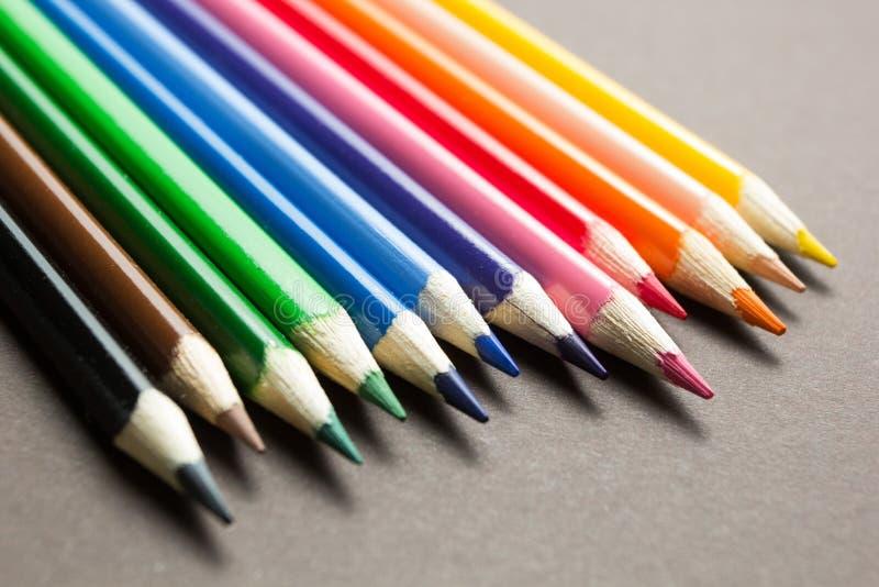 Insieme delle matite colorate su un fondo grigio fotografie stock libere da diritti