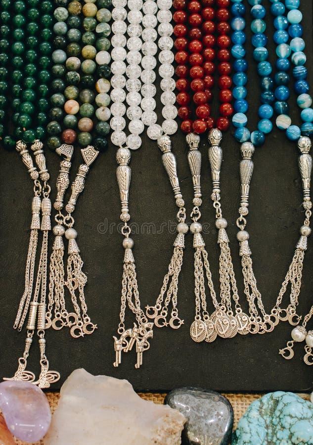 Insieme delle perle pregare di vario colore immagini stock