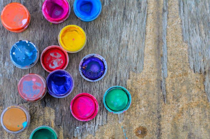 Insieme delle pitture di gouache e dell'acquerello per il disegno, strumenti artistici su vecchio fondo di legno fotografia stock