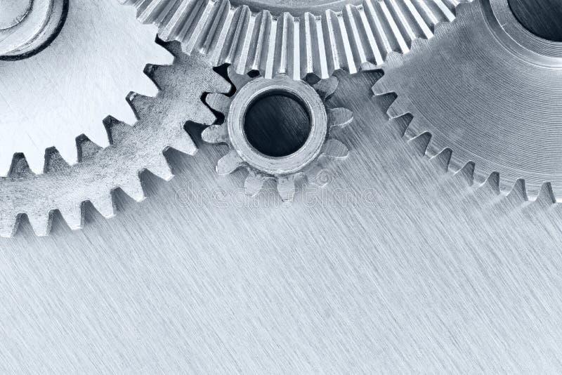 Insieme delle ruote dentate industriali del metallo su fondo graffiato fotografia stock