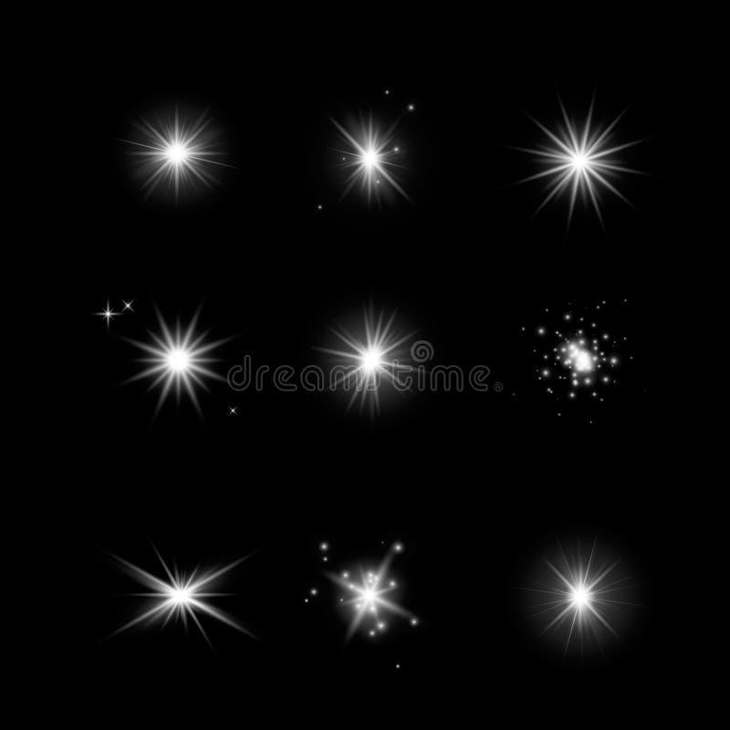 Insieme delle stelle d'ardore di effetto della luce Scoppi con le scintille su fondo trasparente scuro Stelle trasparenti di vett immagine stock