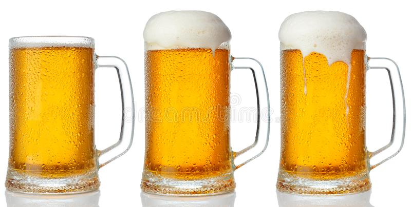 Insieme delle tazze di birra leggera fredda fotografia stock libera da diritti