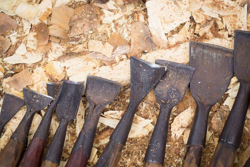 Insieme dello scalpello da legno per la scultura, strumenti della scultura su backg di legno fotografia stock libera da diritti