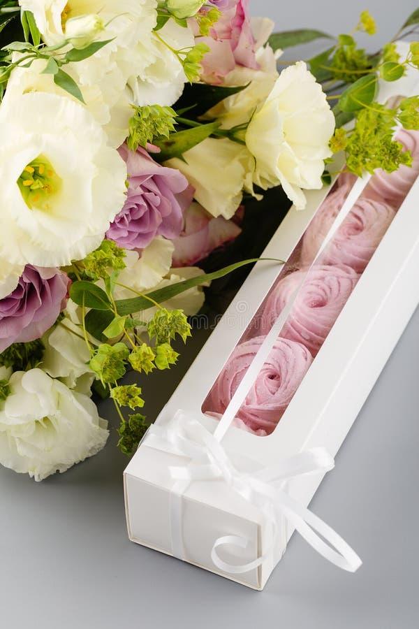 Insieme dello zefiro rosa fatto a mano o della caramella gommosa e molle in scatola bianca con il flo fotografia stock libera da diritti