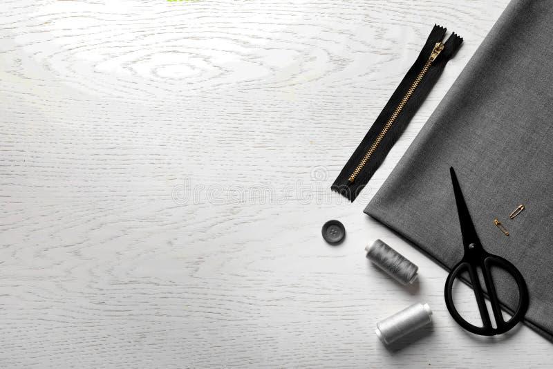Insieme di adattamento gli accessori e del tessuto sulla tavola, vista superiore fotografia stock