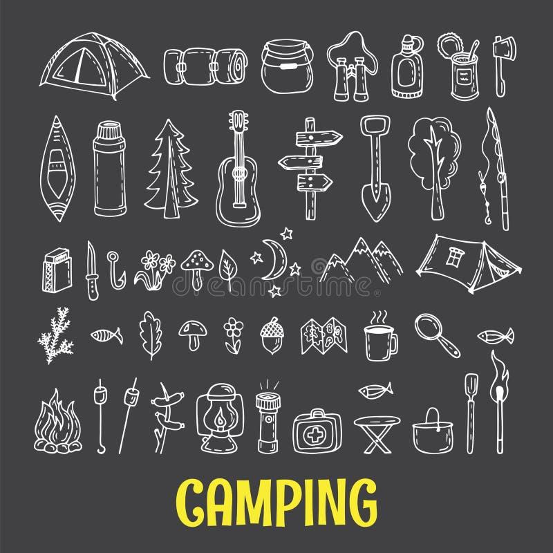 Insieme di attrezzatura di campeggio e d'escursione disegnata a mano icone di aumento Tra royalty illustrazione gratis