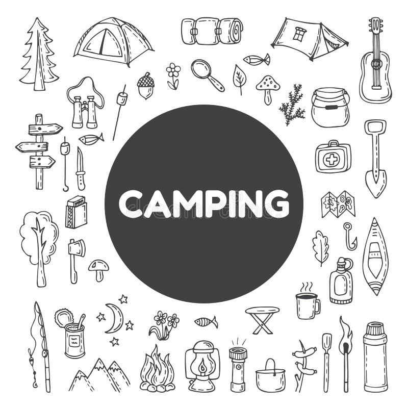 Insieme di attrezzatura di campeggio e d'escursione disegnata a mano icone di aumento Tra illustrazione di stock