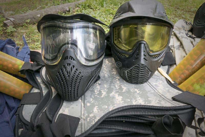 Insieme di attrezzatura e dell'uniforme per i giochi di paintball fotografia stock libera da diritti