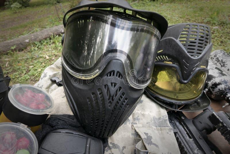 Insieme di attrezzatura e dell'uniforme per i giochi di paintball fotografia stock