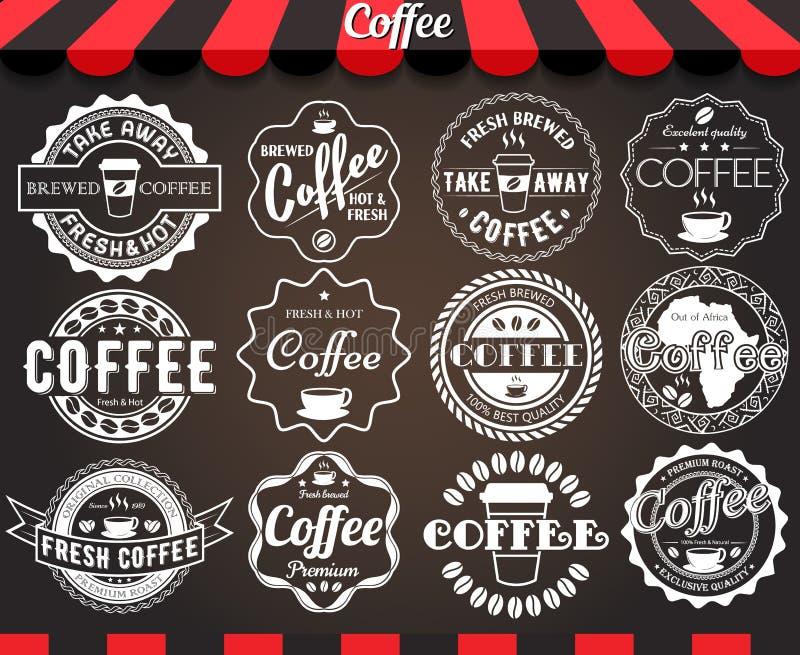 Insieme di bianco di retro etichette e distintivi d'annata rotondi del caffè sulla lavagna