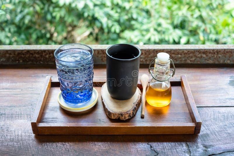 Insieme di caffè nero nel giardino immagine stock