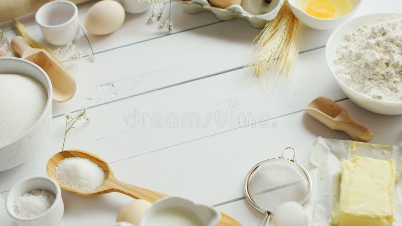 Insieme di cottura gli ingredienti e degli strumenti immagini stock