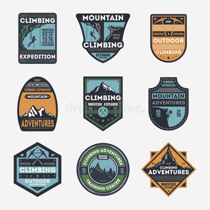 Insieme di etichetta isolato annata di scalata di montagna illustrazione vettoriale