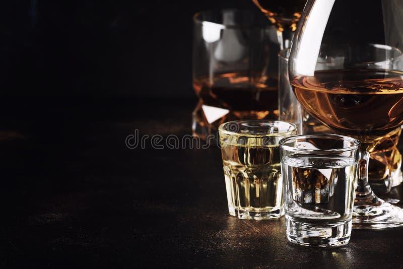 Insieme di forti bevande alcoliche in vetri e vetro di colpo in asso fotografia stock