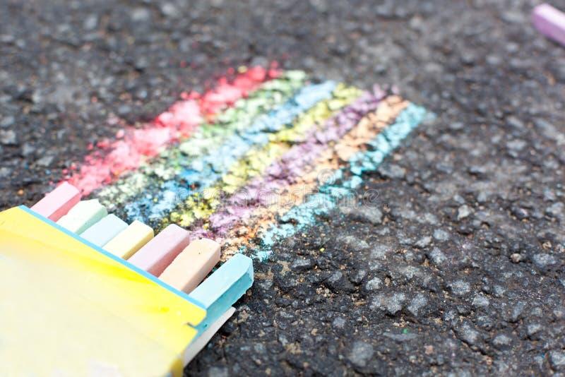Insieme di gesso variopinto su asfalto fotografia stock libera da diritti