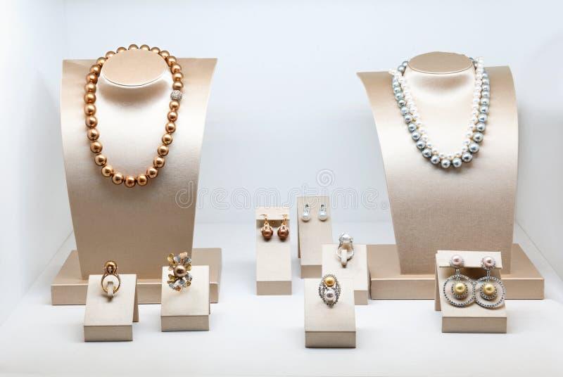Insieme di gioielli di lusso con le gemme ed i diamanti preziosi Collane fatte delle perle naturali sull'supporti Accessori delle immagini stock libere da diritti