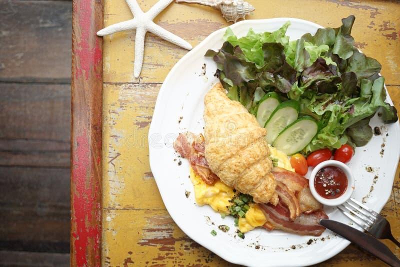 Insieme di mattina della prima colazione inglese del croissant, uova rimescolate, BAC fotografia stock