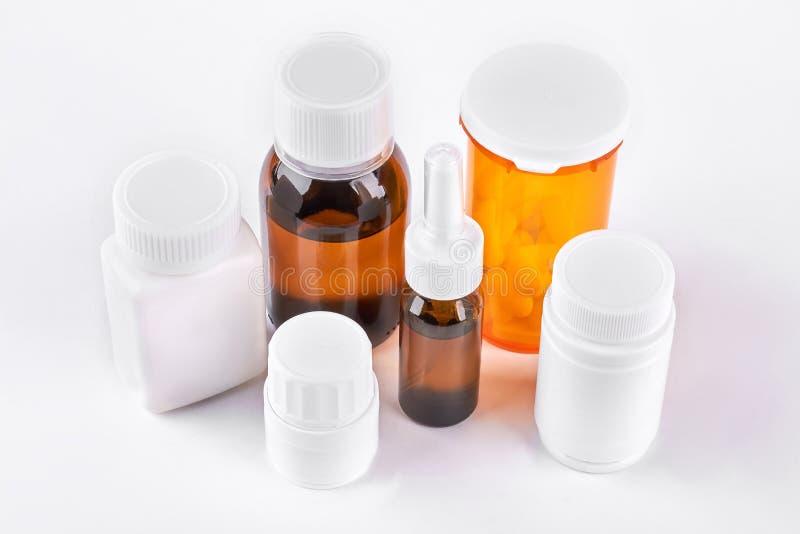 Insieme di medicina in bottiglie di vetro e di plastica fotografia stock libera da diritti