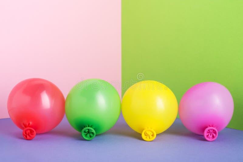 Insieme di multi aerostati colorati su fondo minimo pastello fotografia stock