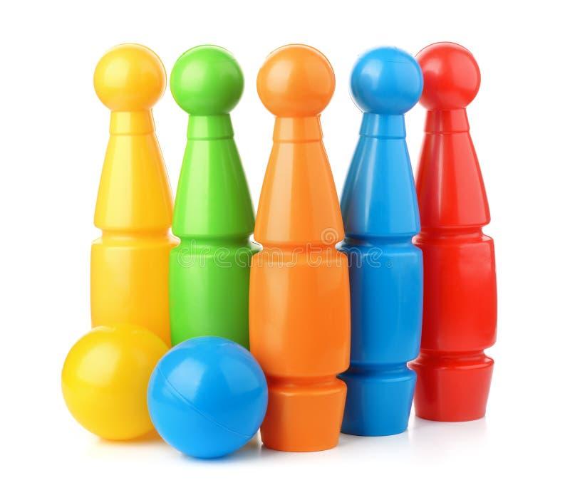 Insieme di plastica dei perni e delle palle di bowling del giocattolo immagini stock