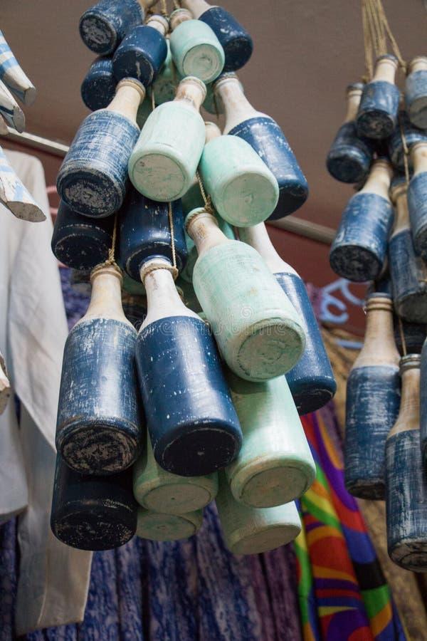 Insieme di poche bottiglie di modello di legno per gli scopi decorativi fotografia stock