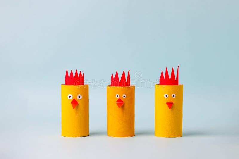 Insieme di pollo giallo carta per la festa stagionale di Happy Easter Facile artigianato per bambini con fondo blu, semplice idea immagini stock libere da diritti