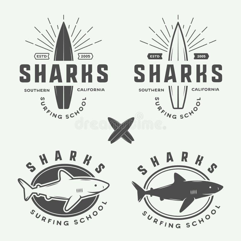 Insieme di retro logos d'annata praticare il surfing, di estate e di viaggio, emblemi, illustrazione vettoriale