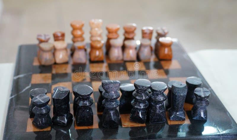Insieme di scacchi fatto a mano unico marocchino in Tineghir immagine stock