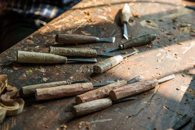 insieme di strumenti di scultura di legno sulla tavola fotografia stock libera da diritti